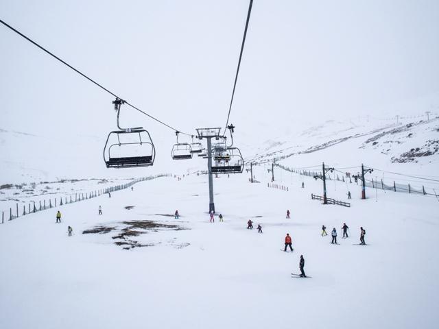 practicar esqui alto campoo