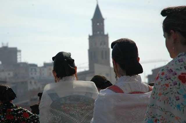 desfile con el traje típico en el dia de la faldeta en fraga