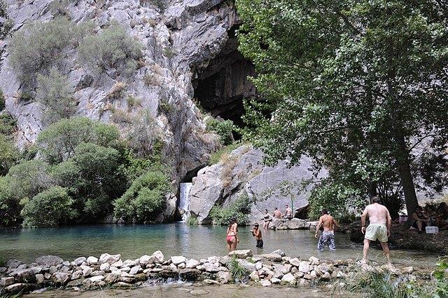 piscina natural cueva gato malaga