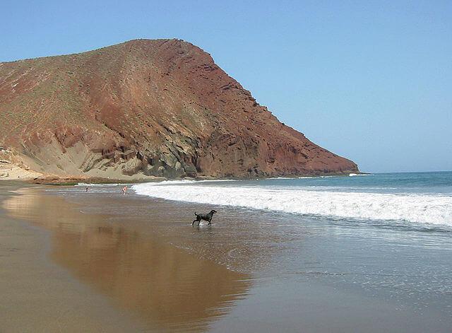 playa nudista montaña roja