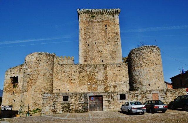 castillo mirando castañar